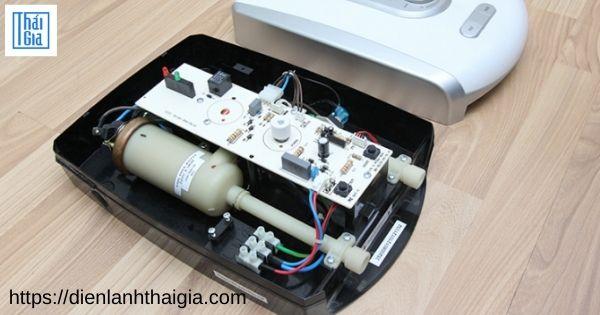 máy nước nóng không vào điện